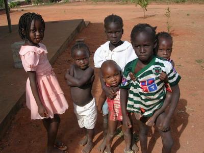 Bambini vicino al Centro Medico.
